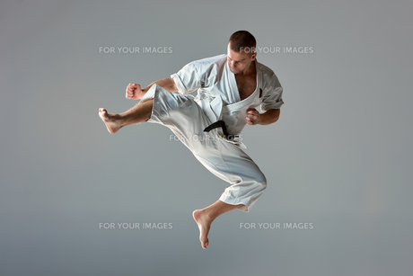 Man in white kimono training karateの素材 [FYI00743920]