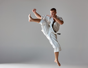 Man in white kimono training karateの素材 [FYI00743922]
