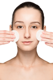skin care woman removing face with cotton swabsの写真素材 [FYI00743999]