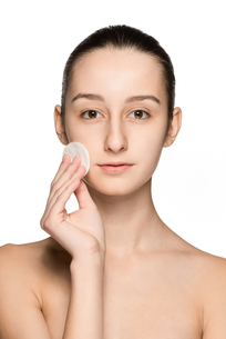 skin care woman removing face with cotton swab padの写真素材 [FYI00744005]