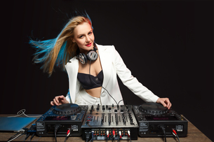 Beautiful blonde DJ girl on decks - the partyの写真素材 [FYI00744018]