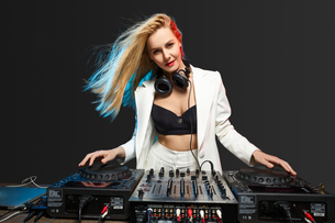 Beautiful blonde DJ girl on decks - the partyの写真素材 [FYI00744021]