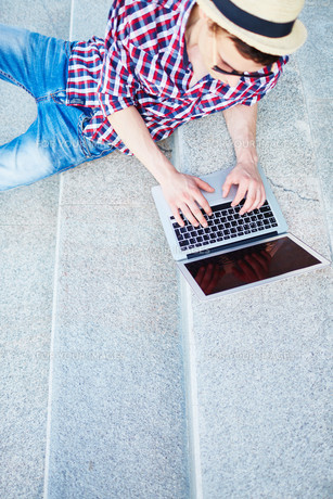 Young man with laptopの写真素材 [FYI00744077]