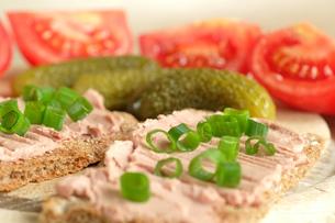 vegetarian vesper plate with tomatoes + cucumberの写真素材 [FYI00744232]