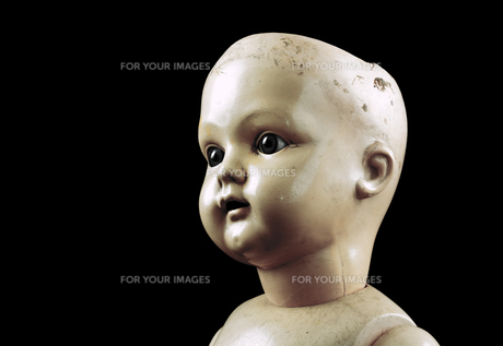 Vintage doll face isolated on black with clipping pathの写真素材 [FYI00744245]