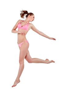 Beautiful young woman in pink swimwearの素材 [FYI00744379]