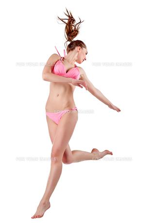 Beautiful young woman in pink swimwearの素材 [FYI00744385]
