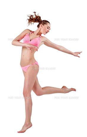 Beautiful young woman in pink swimwearの素材 [FYI00744389]