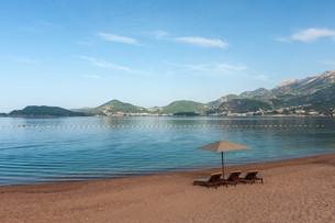 Beautiful beach with sunshades in Montenegro, Balkansの写真素材 [FYI00744422]