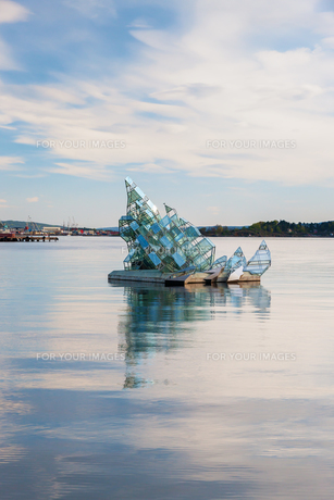 OSLO - May 4, 2011. She Lies is the name of a floating glass and steel construction that turns with the wind and tide, created by Monica Bonviciniの素材 [FYI00744456]