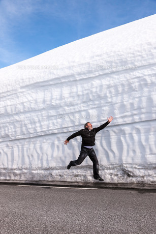 highway along the snow wall. Norway in springの写真素材 [FYI00744461]