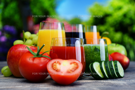 Glasses with fresh organic detox juices in the gardenの素材 [FYI00744523]