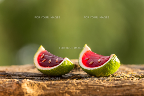 Red jello in lime peelsの写真素材 [FYI00744562]