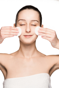 skin care woman removing face with cotton swabsの写真素材 [FYI00744590]