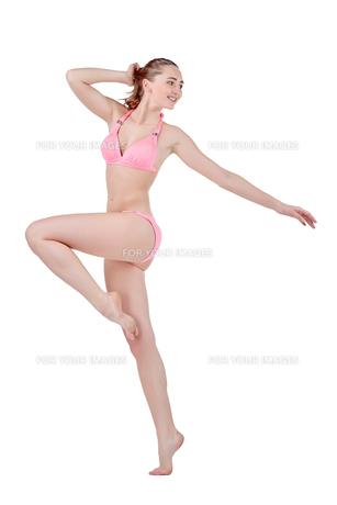 Beautiful young woman in pink swimwearの素材 [FYI00744665]
