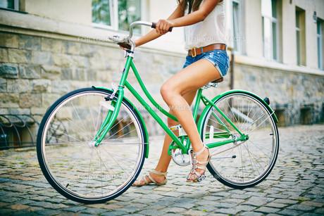 Sitting on bicycleの素材 [FYI00744839]