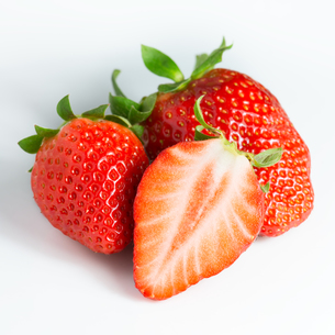strawberries and a half on whiteの写真素材 [FYI00744917]