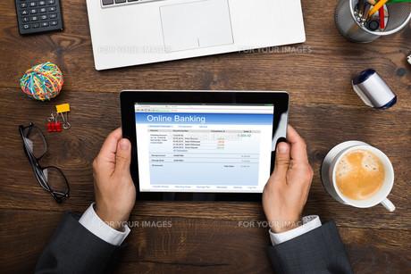 Businessman Using Online Banking Serviceの写真素材 [FYI00744938]