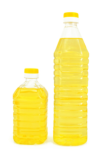 Vegetable oil in two bottlesの写真素材 [FYI00745167]