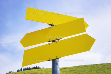 Three yellow empty arrow signsの写真素材 [FYI00745265]