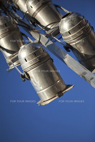 Close up on old spotlights on stageの写真素材 [FYI00745279]