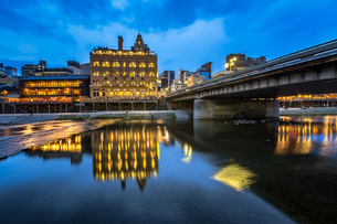 Kamo River and Shijo Dori Bridge in the Evening, Kyoto, Japanの写真素材 [FYI00745305]