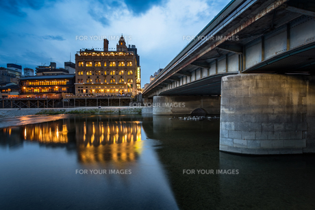 Kamo River and Shijo Dori Bridge in the Evening, Kyoto, Japanの写真素材 [FYI00745306]