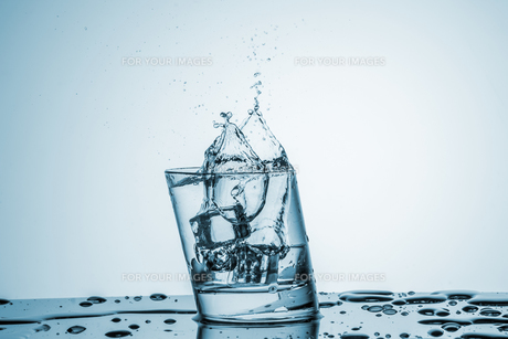 Water in glass with water splashの写真素材 [FYI00745315]