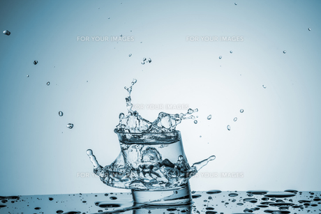 Water in glass with water splashの写真素材 [FYI00745318]