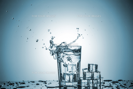Water in glass with water splashの写真素材 [FYI00745319]