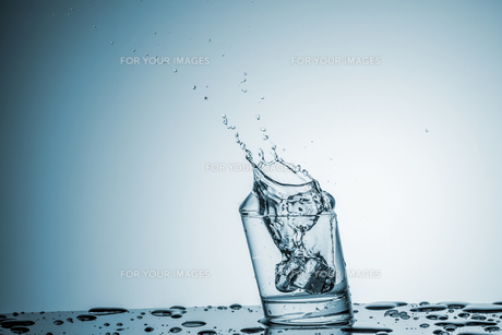 Water in glass with water splashの写真素材 [FYI00745320]