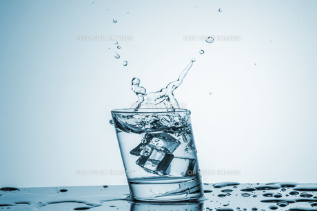 Water in glass with water splashの写真素材 [FYI00745321]
