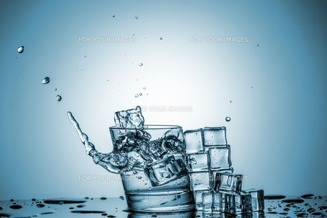 Water in glass with water splashの写真素材 [FYI00745322]