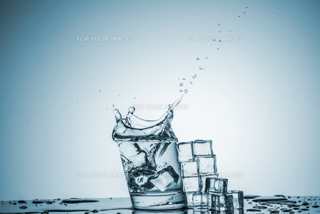 Water in glass with water splashの写真素材 [FYI00745324]