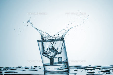 Water in glass with water splashの写真素材 [FYI00745327]