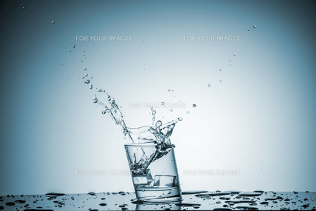 Water in glass with water splashの写真素材 [FYI00745328]