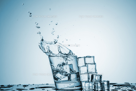 Water in glass with water splashの写真素材 [FYI00745336]
