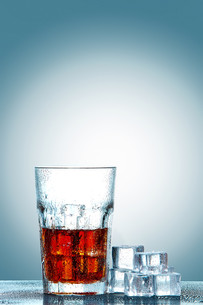 Glass of cola with ice cubesの写真素材 [FYI00745394]
