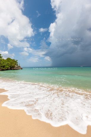 Beach on tropical island. Clear blue water, sand, clouds.の写真素材 [FYI00745407]