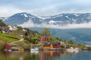 Landscape with mountains.  village in Norwegian fjordsの写真素材 [FYI00745413]