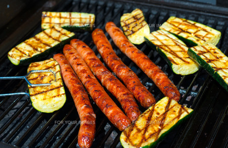 barbecue with sausage and grilled zucchiniの写真素材 [FYI00745495]