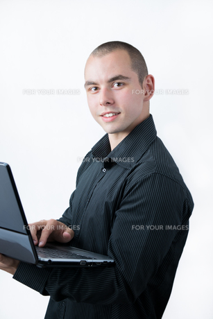 Man browsing internet on his laptopの素材 [FYI00745675]