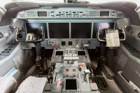 interior airplane cockpit g550 with controlの写真素材 [FYI00745830]