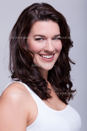 young attractive woman with dark hair in the portrait laughingの写真素材 [FYI00745851]