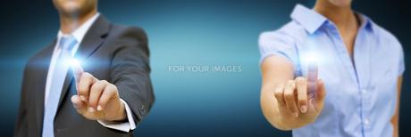 Man and woman using digital interfaceの素材 [FYI00745930]