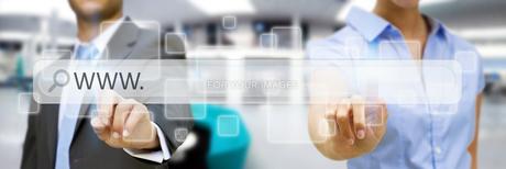 Man and woman using digital interfaceの素材 [FYI00745932]