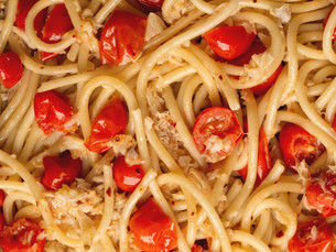 italian crab and cherry tomato spaghetti pasta food backgroundの写真素材 [FYI00746108]
