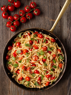 rustic spicy italian crab and cherry tomato spaghetti pastaの写真素材 [FYI00746118]