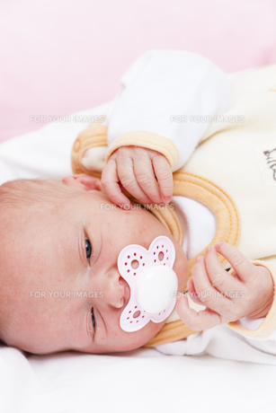 portrait of newborn baby girlの写真素材 [FYI00746131]