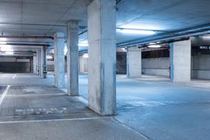 Dark parking garage industrial room interior.の写真素材 [FYI00746195]